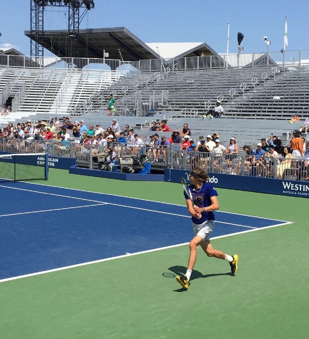 Alexander Zverev auf einem Tennisplatz im Hintergrund ist Publikum