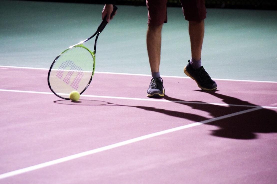 Tennisplatz bei Nacht