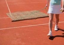Gute Ergebnisse auf gutem Grund – Die wichtige Pflege des Tennisplatzes
