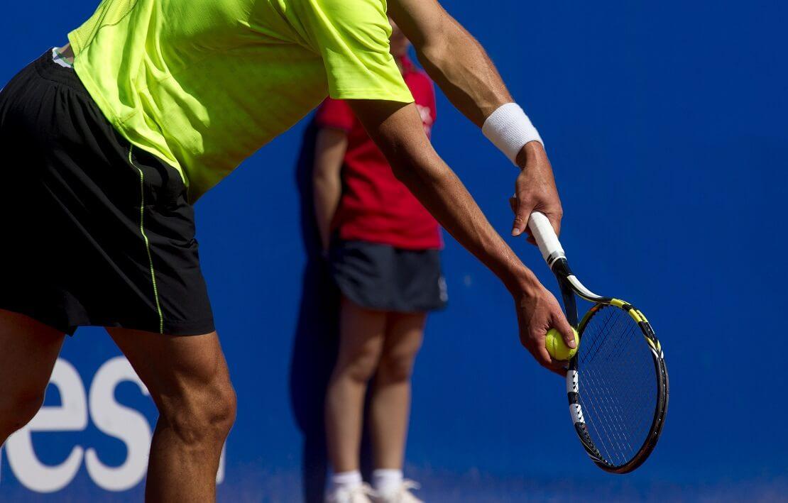 Ein Tennisspieler beim Aufschlag