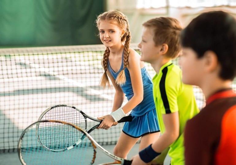 Kinder lernen Tennis: Der spielerische Einstieg ist wichtig